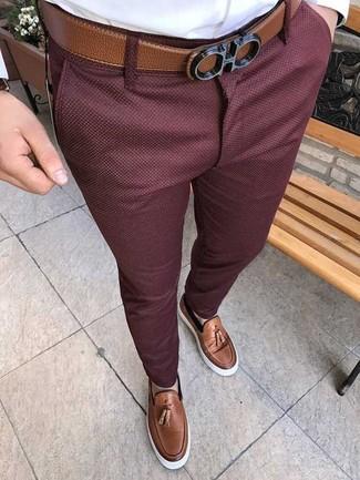 Wie kombinieren: weißes Businesshemd, dunkelrote Chinohose, braune Leder Slipper mit Quasten, brauner Ledergürtel