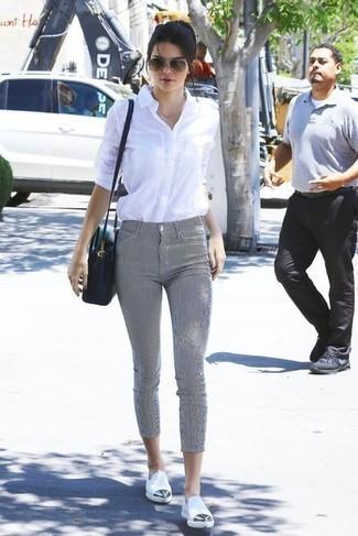 Kendall Jenner trägt Weißes Businesshemd, Graue Enge Hose, Weiße Leder Slipper, Schwarze Leder Umhängetasche
