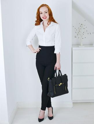 weißes Businesshemd, schwarze enge Hose, schwarze Leder Pumps, schwarze Satchel-Tasche aus Leder für Damen