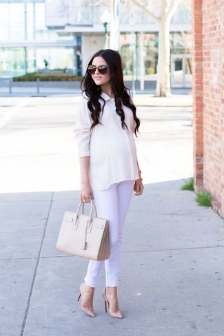 Wie kombinieren: weißes Seide Businesshemd, weiße Jeans, hellbeige Leder Pumps, hellbeige Shopper Tasche aus Leder