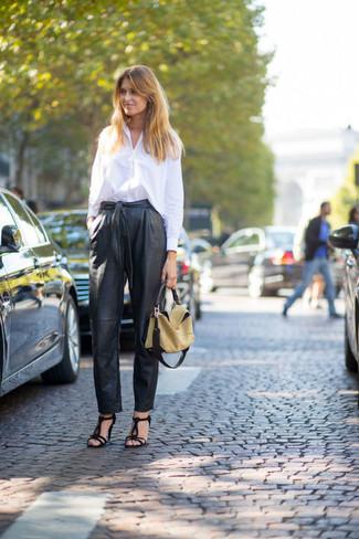 weißes Businesshemd, schwarze Karottenhose aus Leder, schwarze Wildleder Sandaletten, beige Shopper Tasche aus Leder für Damen