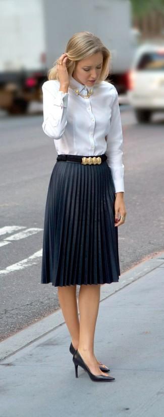 weißes Businesshemd, dunkelblauer Falten Midirock, schwarze Leder Pumps, goldener Ring für Damen