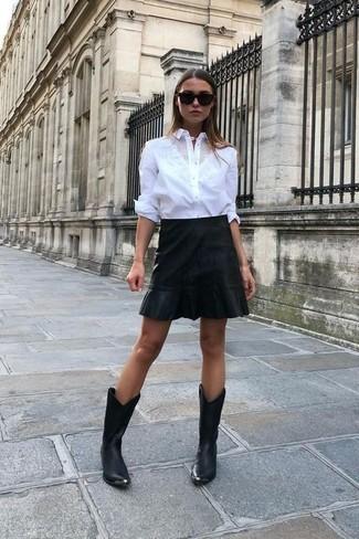 Wie kombinieren: weißes Businesshemd, schwarzer Leder Minirock, schwarze Cowboystiefel aus Leder, schwarze Sonnenbrille