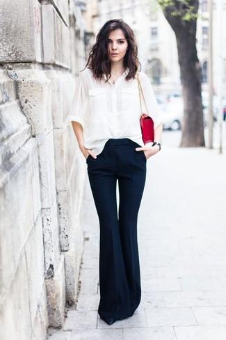 Wie kombinieren: weißes Seide Businesshemd, dunkelblaue Schlaghose, schwarze Leder Pumps, rote Satchel-Tasche aus Leder