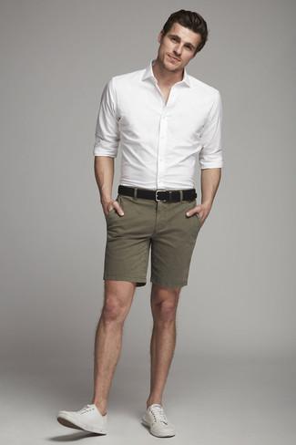 Wie kombinieren: weißes Businesshemd, olivgrüne Shorts, weiße Segeltuch niedrige Sneakers, schwarzer Ledergürtel