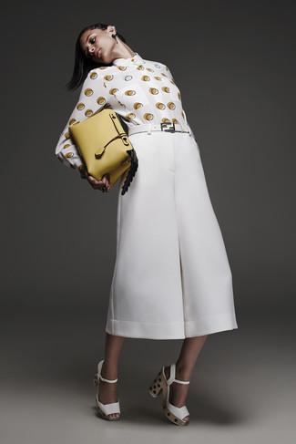 Wie kombinieren: weißes und gelbes gepunktetes Businesshemd, weißer Hosenrock, weiße klobige Leder Sandaletten, gelbe Lederhandtasche