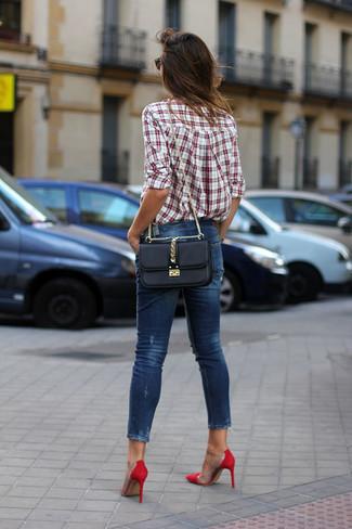 Wie kombinieren: weißes und rotes Businesshemd mit Schottenmuster, dunkelblaue enge Jeans, rote Wildleder Pumps, schwarze Leder Umhängetasche