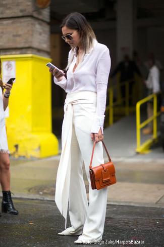 Wie kombinieren: weißes Businesshemd, weiße weite Hose, weiße Leder Ballerinas, rotbraune Satchel-Tasche aus Leder