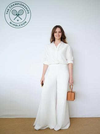 Wie kombinieren: weißes Seide Businesshemd, weiße weite Hose, beige Lederhandtasche, dunkelgrüne Sonnenbrille