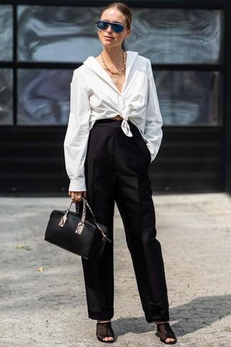 Wie kombinieren: weißes Businesshemd, schwarze weite Hose, schwarze Pantoletten aus Netzstoff, schwarze Lederhandtasche