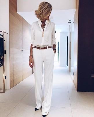 Wie kombinieren: weißes Chiffon Businesshemd, weiße weite Hose, weiße und schwarze Leder Pumps, brauner Ledergürtel