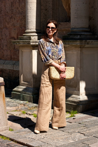 Wie kombinieren: beige Businesshemd mit Leopardenmuster, beige weite Hose, hellbeige Leder Sandaletten, hellbeige Shopper Tasche aus Stroh