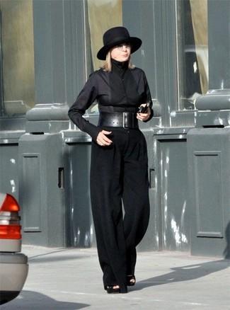 Diane Keaton trägt schwarzes Businesshemd, schwarze weite Hose, schwarze Wildleder Sandaletten, schwarzer Wollhut