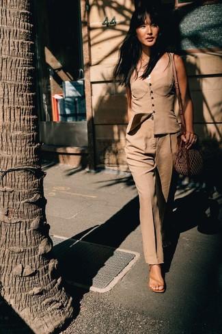 Wie kombinieren: beige Bustier-Oberteil, beige Anzughose, beige Leder Sandaletten, braune Stroh Umhängetasche