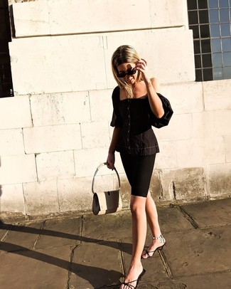 Hellbeige Satchel-Tasche aus Leder kombinieren: Ein schwarzes Bustier-Oberteil und eine hellbeige Satchel-Tasche aus Leder sind absolut Alltags-Must-Haves und können mit einer Vielzahl von Kleidungsstücken gepaart werden, um ein auffälliges, legeres Outfit zu erzeugen. Fühlen Sie sich mutig? Entscheiden Sie sich für schwarzen Leder Pantoletten.