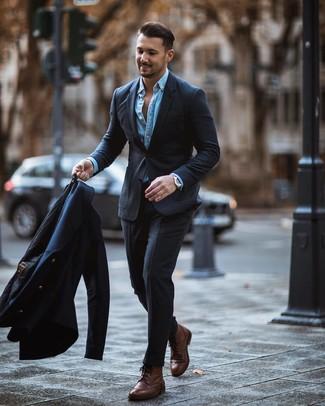 Wie kombinieren: dunkelblaue Cabanjacke, dunkelgrauer Anzug, hellblaues Jeanshemd, braune Brogue Stiefel aus Leder