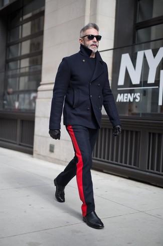 Wie kombinieren: dunkelblaue Cabanjacke, dunkelblaue Wollanzughose, schwarze Chelsea-Stiefel aus Leder, schwarze Lederhandschuhe