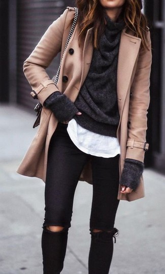 Dunkelgrauen Pullover mit einer weiten Rollkragen kombinieren – 36 Damen Outfits: Diese Kombi aus einem dunkelgrauen Pullover mit einer weiten Rollkragen und schwarzen engen Jeans mit Destroyed-Effekten sieht so entspannt und modern aus.