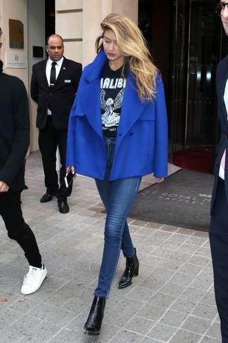 Wie kombinieren: blaue Cabanjacke, schwarzes und weißes bedrucktes T-Shirt mit einem Rundhalsausschnitt, dunkelblaue enge Jeans, schwarze Leder Stiefeletten