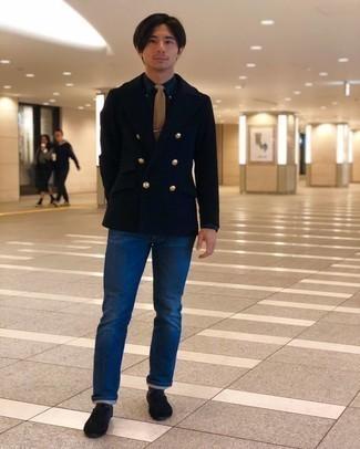 Schwarze Wildleder Oxford Schuhe kombinieren – 36 Herren Outfits: Paaren Sie eine dunkelblaue Cabanjacke mit blauen Jeans, um einen modischen Freizeitlook zu kreieren. Entscheiden Sie sich für schwarzen Wildleder Oxford Schuhe, um Ihr Modebewusstsein zu zeigen.