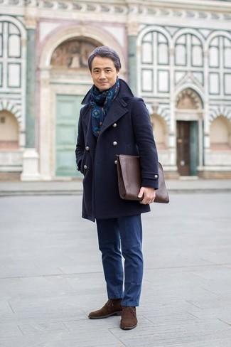 Mode für Herren ab 50 2020: Die modische Kombination aus einer dunkelblauen Cabanjacke und einer blauen Chinohose ist perfekt für einen Tag im Büro. Suchen Sie nach leichtem Schuhwerk? Komplettieren Sie Ihr Outfit mit dunkelbraunen Chukka-Stiefeln aus Wildleder für den Tag.