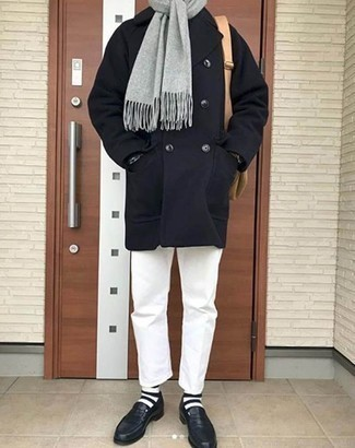 Grauen Schal kombinieren: trends 2020: Eine dunkelblaue Cabanjacke und ein grauer Schal sind eine großartige Outfit-Formel für Ihre Sammlung. Fühlen Sie sich mutig? Vervollständigen Sie Ihr Outfit mit dunkelblauen Leder Slippern.