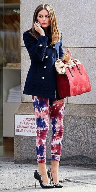 Wie kombinieren: dunkelblaue Cabanjacke, mehrfarbige Mit Batikmuster enge Jeans, schwarze und weiße bedruckte Leder Pumps, rote Shopper Tasche aus Leder