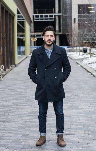 Wie kombinieren: dunkelblaue Cabanjacke, blaues Jeanshemd, dunkelblaue Jeans, braune Lederfreizeitstiefel