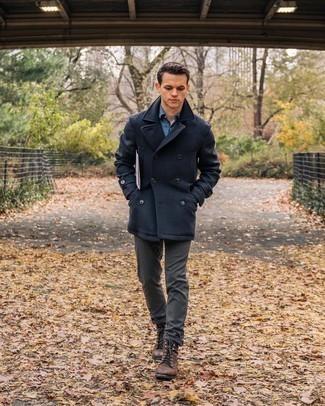 Dunkelgraue Chinohose kombinieren – 500+ Herren Outfits kalt Wetter: Erwägen Sie das Tragen von einer dunkelblauen Cabanjacke und einer dunkelgrauen Chinohose, um einen modischen Freizeitlook zu kreieren. Ergänzen Sie Ihr Look mit einer braunen Lederfreizeitstiefeln.