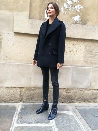 Wie kombinieren: dunkelblaue Cabanjacke, schwarzer Pullover mit einem Rundhalsausschnitt, schwarze enge Jeans, schwarze Leder Stiefeletten