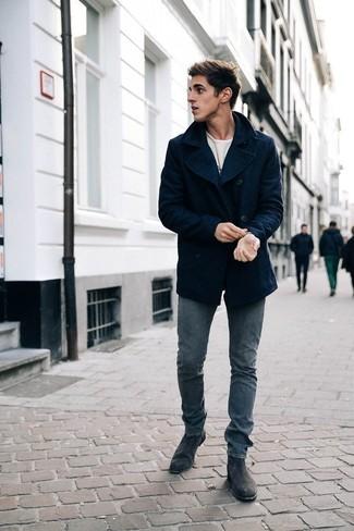 Graue Chelsea Boots aus Wildleder kombinieren – 93 Herren Outfits: Kombinieren Sie eine dunkelblaue Cabanjacke mit grauen Jeans für Ihren Bürojob. Setzen Sie bei den Schuhen auf die klassische Variante mit grauen Chelsea Boots aus Wildleder.