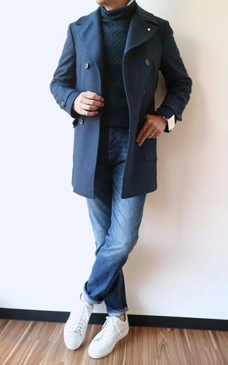 Wie kombinieren: dunkelblaue Cabanjacke, schwarzer Strick Rollkragenpullover, blaue Jeans, weiße Leder niedrige Sneakers