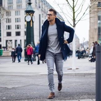 Wie kombinieren: dunkelblaue Cabanjacke, graues T-Shirt mit einem Rundhalsausschnitt, graue enge Jeans mit Destroyed-Effekten, braune Chelsea-Stiefel aus Wildleder