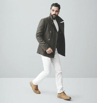 Weißen Strickpullover kombinieren: trends 2020: Vereinigen Sie einen weißen Strickpullover mit weißen Jeans für ein Alltagsoutfit, das Charakter und Persönlichkeit ausstrahlt. Beige Chukka-Stiefel aus Wildleder sind eine kluge Wahl, um dieses Outfit zu vervollständigen.