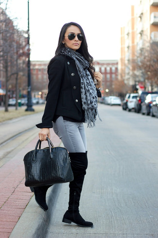 Wie kombinieren: schwarze Cabanjacke, graue enge Jeans, schwarze Overknee Stiefel aus Wildleder, schwarze Shopper Tasche aus Leder