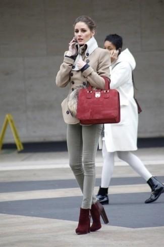 Wie kombinieren: hellbeige Cabanjacke, graue enge Jeans, dunkelrote Wildleder Stiefeletten, rote Shopper Tasche aus Wildleder