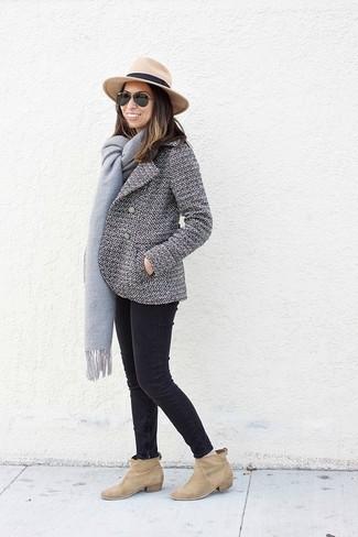 Wie kombinieren: weiße und schwarze Cabanjacke, schwarze enge Jeans, beige Wildleder Stiefeletten, beige Wollhut