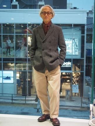 Wie kombinieren: graue Cabanjacke, beige Chinohose, dunkelrote Leder Derby Schuhe, dunkelroter bedruckter Schal