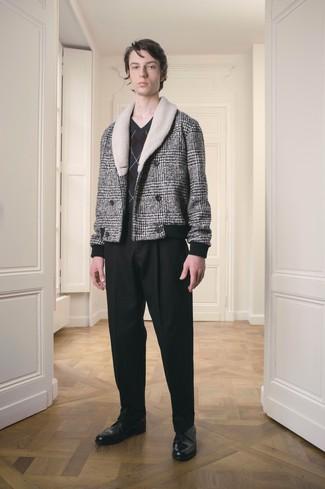 graue Cabanjacke mit Schottenmuster, dunkelgrauer Pullover mit einem V-Ausschnitt mit Argyle-Muster, schwarze Anzughose, schwarze Leder Derby Schuhe für Herren