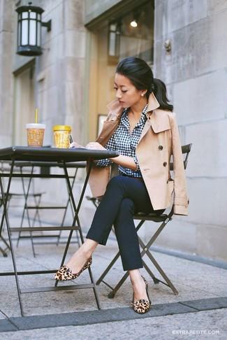 hellbeige Cabanjacke, weißes und dunkelblaues Businesshemd mit Vichy-Muster, dunkelblaue enge Hose, beige Leder Slipper mit Leopardenmuster für Damen