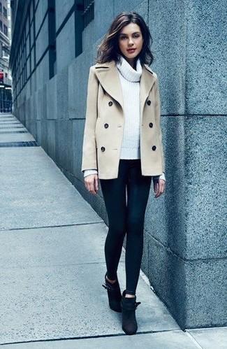 Wie kombinieren: hellbeige Cabanjacke, weißer Pullover mit einer weiten Rollkragen, schwarze Leggings, schwarze Wildleder Stiefeletten
