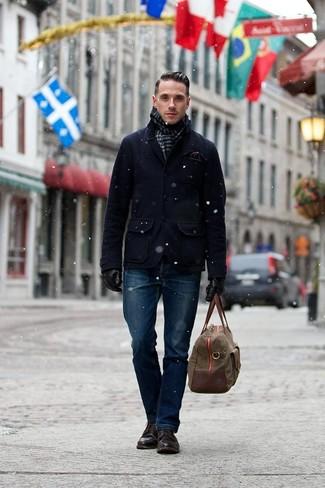 Dunkelbraune Lederfreizeitstiefel kombinieren: trends 2020: Kombinieren Sie eine dunkelblaue Cabanjacke mit dunkelblauen Jeans, um einen modischen Freizeitlook zu kreieren. Eine dunkelbraune Lederfreizeitstiefel sind eine ideale Wahl, um dieses Outfit zu vervollständigen.