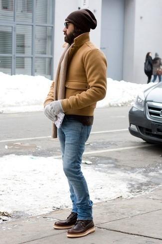 Hellblaue Jeans kombinieren – 22 Winter Herren Outfits: Tragen Sie eine beige Cabanjacke und hellblauen Jeans, um einen modischen Freizeitlook zu kreieren. Ergänzen Sie Ihr Look mit einer dunkelbraunen Lederfreizeitstiefeln. Ein trendiges Outfit für den Winter.