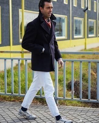 Herren Outfits 2020: Die Paarung aus einer dunkelblauen Cabanjacke und weißen Jeans ist eine ideale Wahl für einen Tag im Büro. Wenn Sie nicht durch und durch formal auftreten möchten, vervollständigen Sie Ihr Outfit mit grauen Sportschuhen.