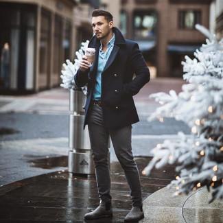 Wie kombinieren: dunkelblaue Cabanjacke, hellblaues Jeanshemd, dunkelgraue enge Jeans, graue Chelsea-Stiefel aus Wildleder