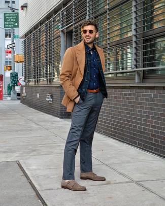 Wie kombinieren: beige Cabanjacke, dunkelblaue Jeansjacke, dunkelblaues gepunktetes Langarmhemd, graue Anzughose mit Schottenmuster