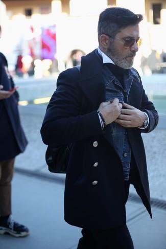 Wie kombinieren: schwarze Cabanjacke, dunkelblaue Jeansjacke, schwarzer Rollkragenpullover, weißes Businesshemd