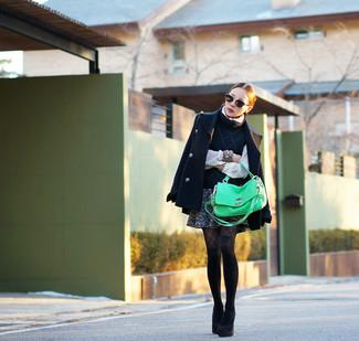 Wie kombinieren: dunkelblaue Cabanjacke, dunkelblauer Kurzarmpullover, weiße Bluse mit Knöpfen, dunkelgrauer Tweed Minirock