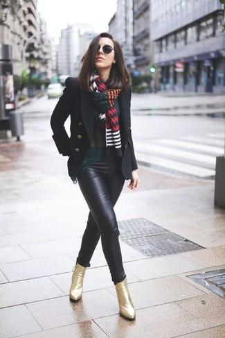 Wie kombinieren: schwarze Cabanjacke, dunkelgrüne Langarmbluse, schwarze enge Hose aus Leder, goldene Leder Stiefeletten