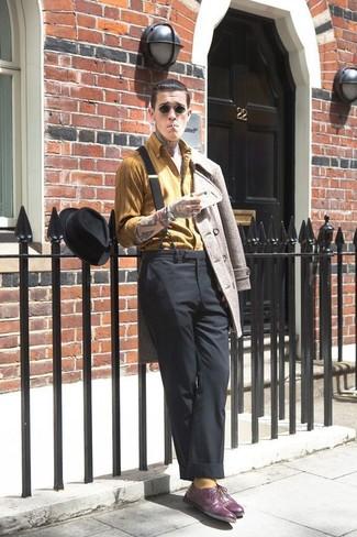 Paaren Sie eine Hellbeige Cabanjacke mit einer Schwarzen Anzughose für eine klassischen und verfeinerte Silhouette. Schalten Sie Ihren Kleidungsbestienmodus an und machen Dunkellila Leder Oxford Schuhe zu Ihrer Schuhwerkwahl.